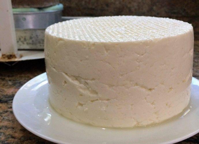 """Ingredientes: - 10 litros de leite morno - 1 colher (sopa) de coalho - ½ xícara (chá) de sal Modo de preparo: 1 - Em uma panela alta coloque o leite, coalho e o sal e misture bem. Deixe descansar por uma hora. 2 - """"quebre a nata"""" que se formou. Em seguida, retire a parte sólida da mistura e vá peneirando com a peneira forrada com um pano de prato. Aperte bem o pano de prato para retirar todo o soro. 3 - Transfira para uma forma de queijo e deixe dessorando por 8h. Rendimento: 1,650 Kg"""