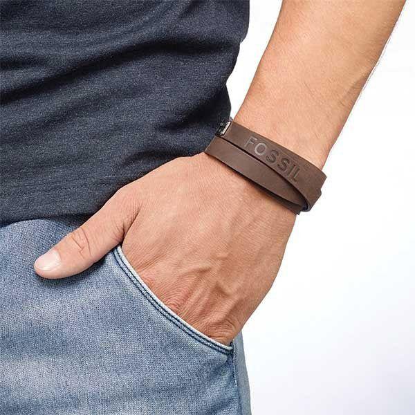 Si estás buscando una joya para regalar para hombre te proponemos las joyas de Fossil, con diseños modernos y muy masculinos son el complemento perfecto para ellos. ¿Qué te parece esta pulsera de cuero marrón con cierre en acero? Está disponible en http://www.todo-relojes.com/detalle_complemento.asp?codigo=10997 por 49€ #joyasFossil #joyasparahombre #pulseradecuero #regalosNavidad #todorelojes