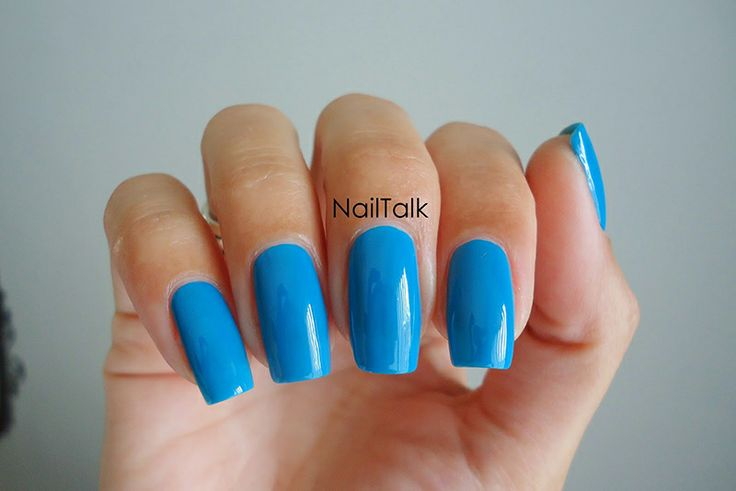 Miriam van Nailtalk reviewde een blauwe nagellak van Safari. Ze draagt hier 2 laagjes.