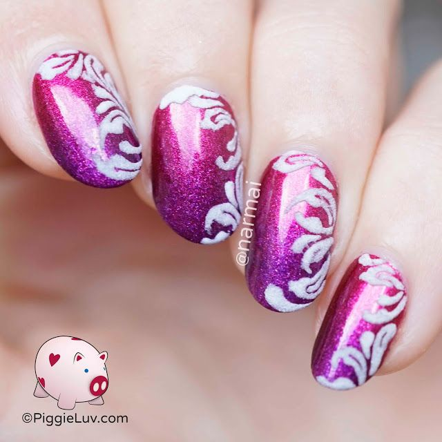 This gradient is so gorgeous in real life! It's so... depthy, is that a word? It flares up in the light and the damask glows in the dark :D