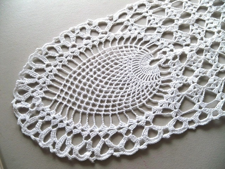 Table Doilies   Vintage Hand Crocheted Table Runner Oval Pineapple Doily