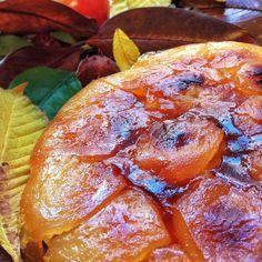 Tarte Tatin MASA QUEBRADA  125 g de harina 65 g de mantequilla 10 g de azúcar 1 huevo Una pizca de sal Un poco de agua (si hiciera falta)  RELLENO  1,5 a 2 kg de manzanas 1 limón 120 g de azúcar 70 g de mantequilla