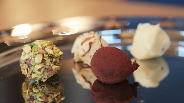 Hvit sjokolade, kremfløte og smør blir til vakker konfekt når du former massen til kuler. Foto: Mari Rollag Evensen / NRK