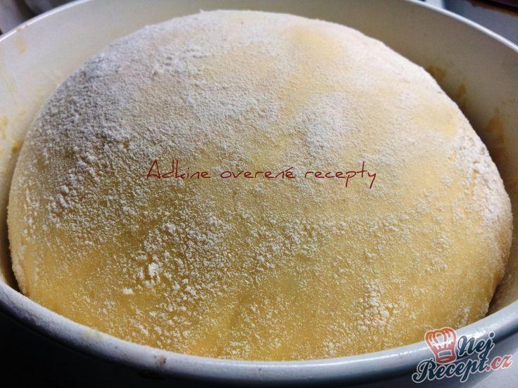 Toto těsto je jedničkou v mé kuchařce. Po upečení jsou koláče nebo koblihy měkké jako pavučinka a doslova se na jazyku rozplývají. Běžné kynuté těsto kyne i 2 hodiny, toto těsto máte hotové tak maximálně do půl hodiny a můžete péct. Ať už koblihy nebo kynuté koláče nebo pečené buchty plněné povidly. Je jemné, po upečení jako pavučinka. Měkké pečivo je i druhý den. Autor: Adanecka
