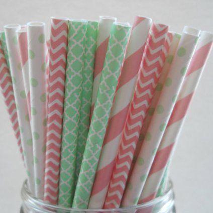 Mint and pink paper straws Mintgrønne og lyserøde papirsugerør
