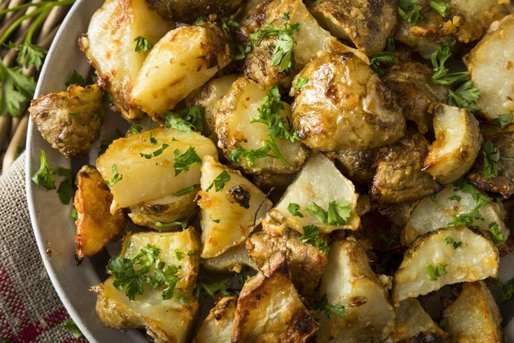 Carciofi e patate all'aglio al forno sono un contorno molto semplice da preparare ma a cui difficilmente potrete resistere. Ecco la ricetta