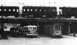 1955-ben. Egy 75-ös trolibusz és egy 24-es villamos a Dózsa György úti aluljárónál