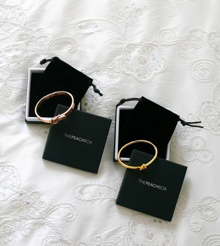 The Peachbox jewelry by Laurence Magaly In this post you will find inspiration in minimal and chic jewelry. Also a great gift idea for Mothersday! I'm wearing the rose gold buckle bangle bracelet here and on my blog I show you another one to create another look! Double click to see more!