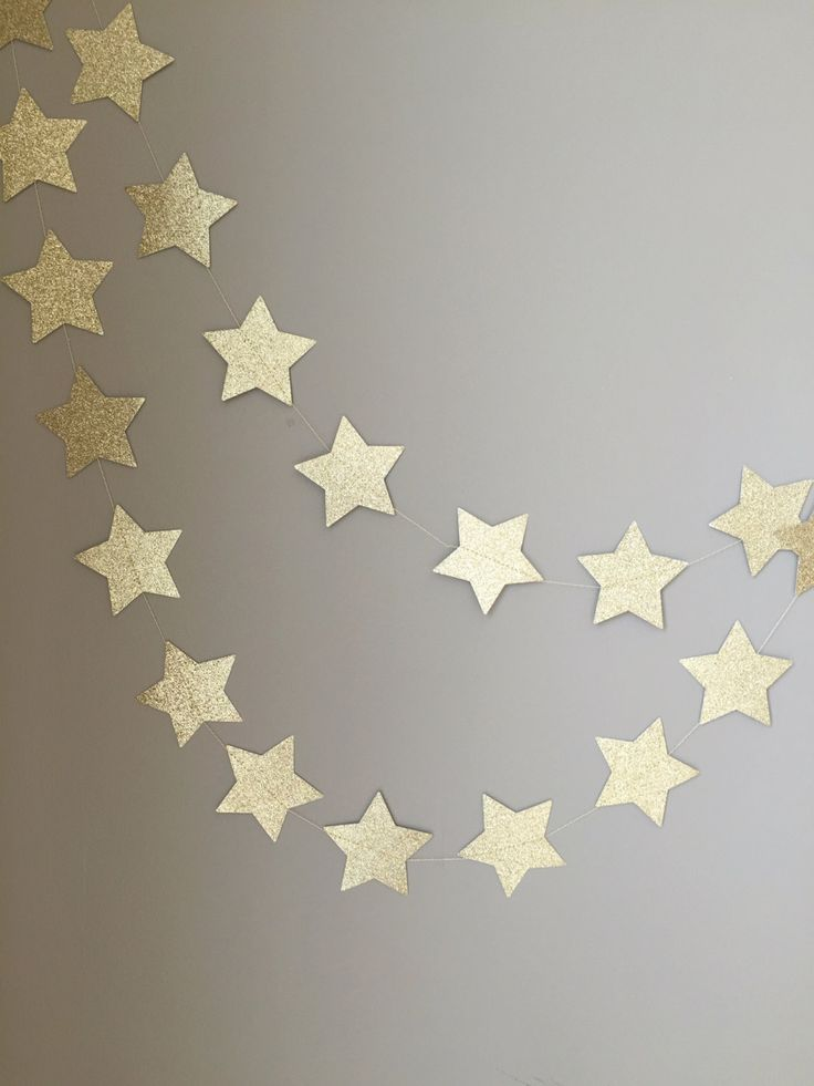 This twinkle twinkle little star gold glitter garland is sure to make any space feel festive! Whether it is for holiday decoration, special occasion, or home decor, these sparkling stars will not go unnoticed. Perfect for birthdays, baby showers, bridal showers and more! Size: approximately 3 stars Length: 10 feet Color: choose between gold or silver glitter (white on the back) Material: glitter card stock, thread Quantity: ONE (1) STRING OF GARLAND PLEASE NOTE that the back of the garland…