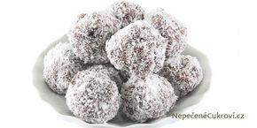 punčové koule: 250 g másla 50 g čokolády na vaření 100 g cukru moučky 2 balíčky piškotů (240 g) 100 g strouhaných ořechů 2 polévkové lžíce hořkého kakaa 5 polévkových lžic marmelády 100 ml rumu Tuzemák 50 ml ovocné šťávy (sirupu) strouhaný kokos na obalení