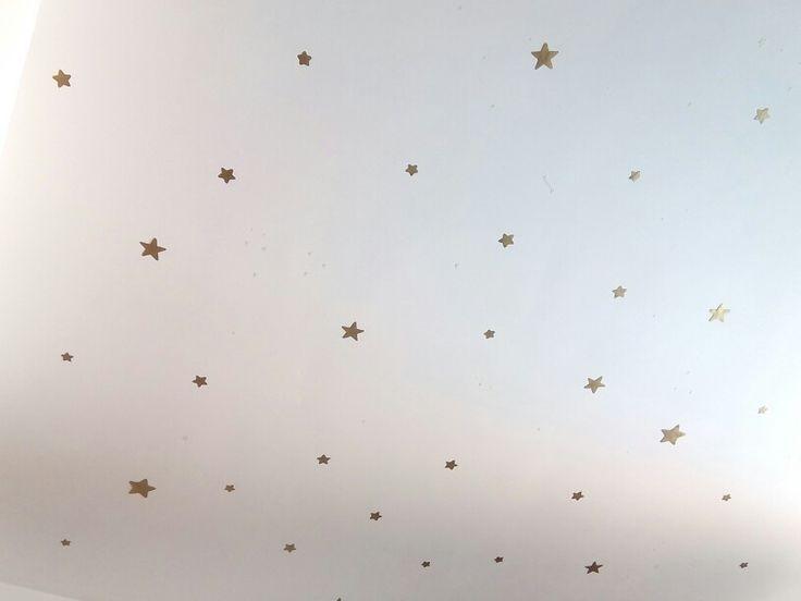 Puedes crear tu propia constelación de estrellas para l techo con cartulina,pintura dorada y blue tag para pegarlas..estan llevan los nombres de rockeros k m gustan ....bueno ..y Camaron n l centro del universo...para controlar los aumentos de entropia!!