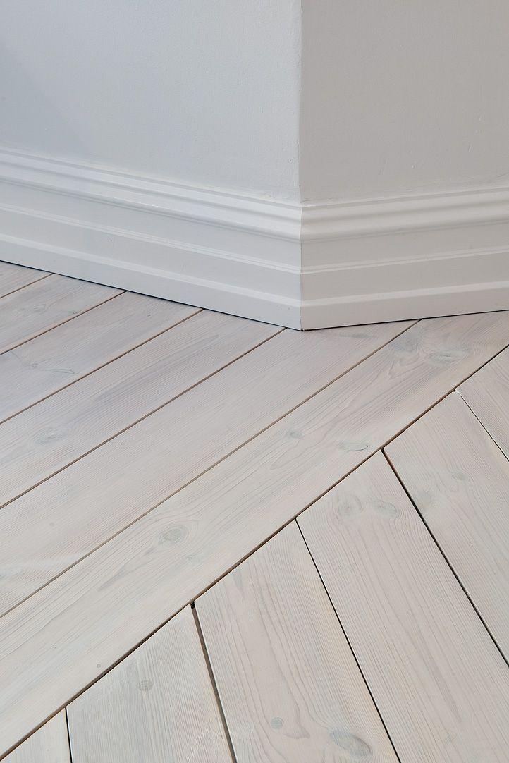 Hela lägenheten har massiva vitbehandlade plank