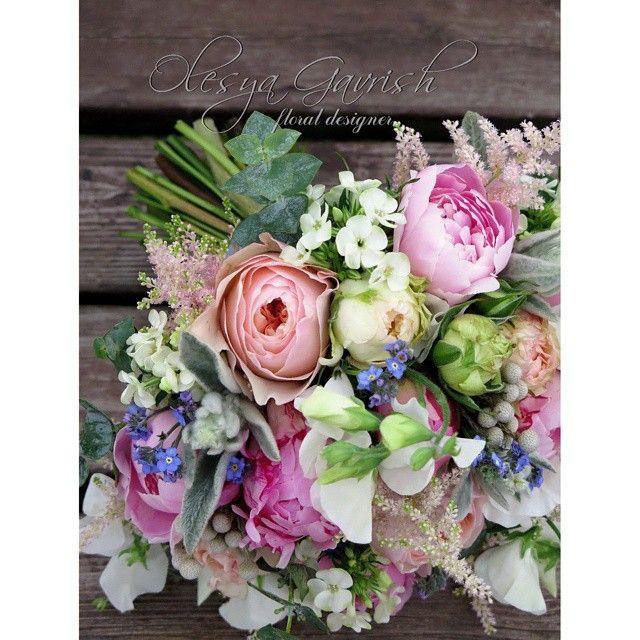 @olesya_gavrish Романтика цветущего сада... Роскошь пионов, пионовидных роз, душистого горошка, шелковистая мягкость стахиса и трогательная простота незабудок - букет для очаровательной невесты Анастасии. А еще я сделала бутоньерки для жениха и свидетеля, браслет для свидетельницы и #букетдублёр | #olesyagavrishflowers #weddinginspiration #букетневесты #свадебныйбукет #эксклюзивнаяфлористика #bridalbouquet  #weddingideas #wed #weddingflowers #свадебныйфлорист #floralart
