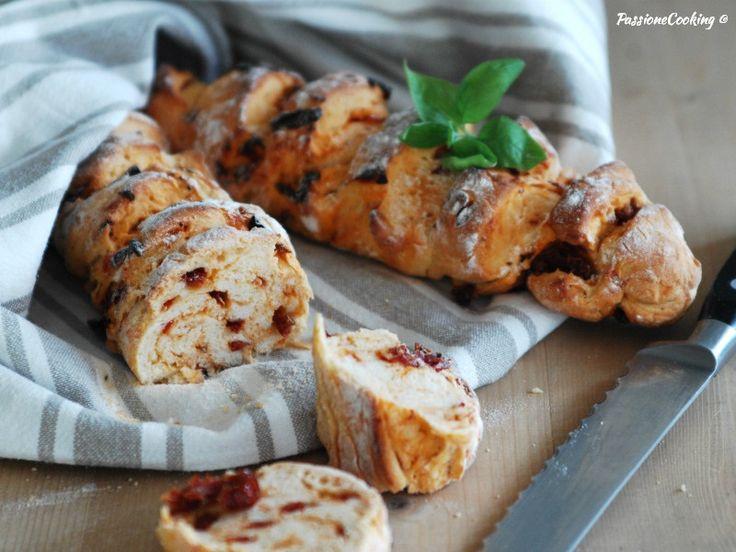 Baguette di semola con pomodori secchi. Per la ricetta: http://blog.giallozafferano.it/passionecooking/baguette-di-semola-con-pomodori-secchi/