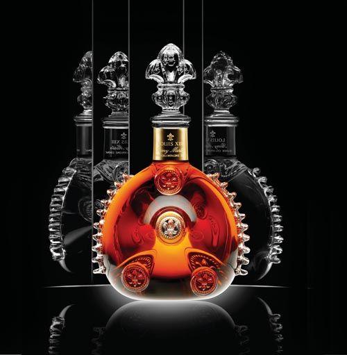 《干邑美酒琥珀光》舉世聞名的路易十-三干邑,由「人頭馬」釀製,內含歲月久遠的「生命之水」。