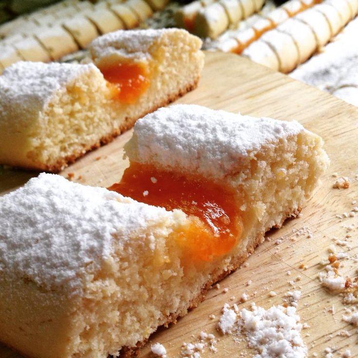 des gâteaux sec algérien a la confiture , à la base c'est la recette des croquets...