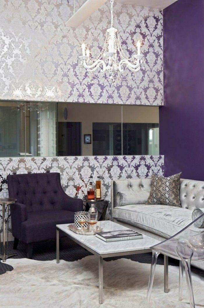 die farbe lila akzentwand moderner wohnbereich weißer teppich