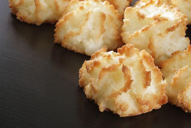 Me encanta el coco, me resulta delicioso, por eso me encanta hacer recetas con éste. Hoy te mostraré cómo preparar coquitos deliciosos. Hasta el día de hoy, me siguen gustando los coquitos, las tortas de coco y todos lo postres que llevan coco en su preparación. Para compartir con