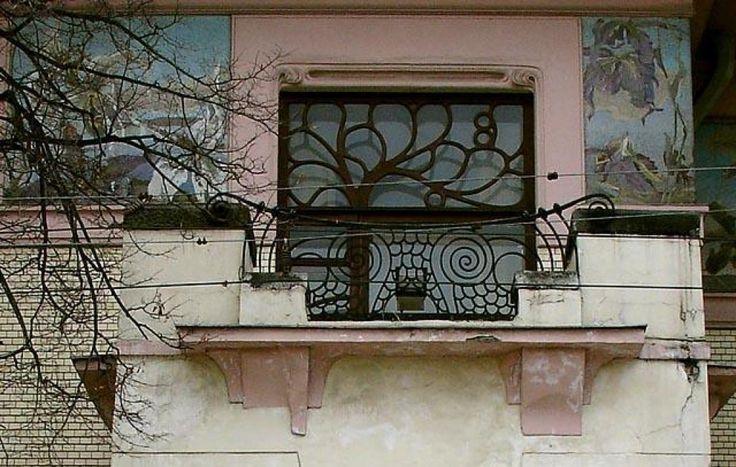Окно и балкон NVO, CC BY-SA 2.5