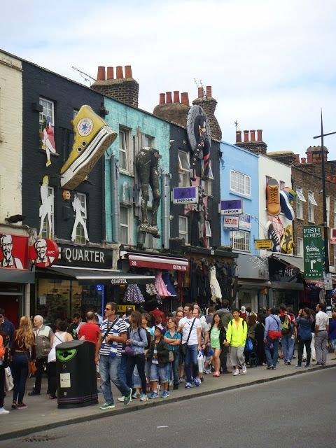 Camden est divisé en plusieurs parties, Camden a la rue Camden Hight avec ses magasins d´un côté et de l´autre, la rue Chalk Farm, le Camden Lock Market et le Strabbles Camden Market.  Il y a des magasins ouverts pendant toute la semaine, pourtant le marché ouvre seulement le dimanche.