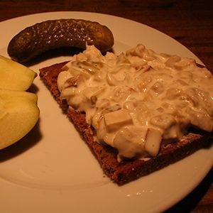 Vleischsalat, ein leckerer, veganer Brotsalat mit Seitan, Räuchertofu, Mayonnaise, sauren Gurken und Silberzwiebeln. Ein veganes Fleischsalat-Rezept. Mjamm!