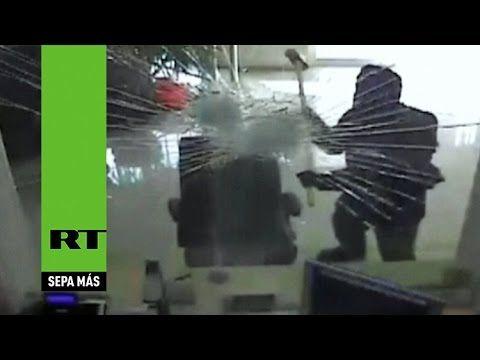 Un Ladrón Rompe La Ventana De Un Banco Con Un Martillo A Plena Luz Del Dia #Video