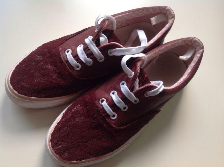 Zapatos antiguos renovados con pintura acrílica y tela de encaje