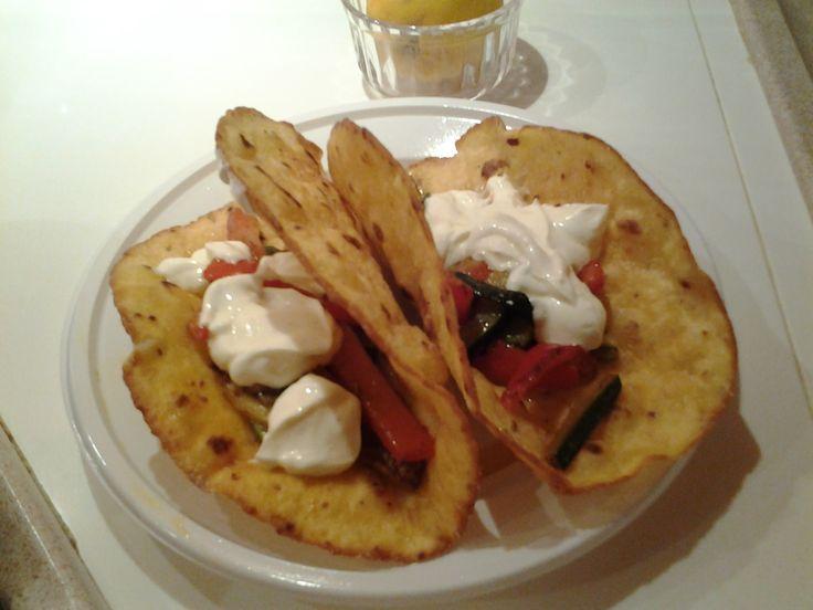 I tacos sono tortillas di mais fritte o cotte in padella oppure in forno. Inquesto caso, le ho fritte. Di solito i tacos si farciscono con guacamole (una
