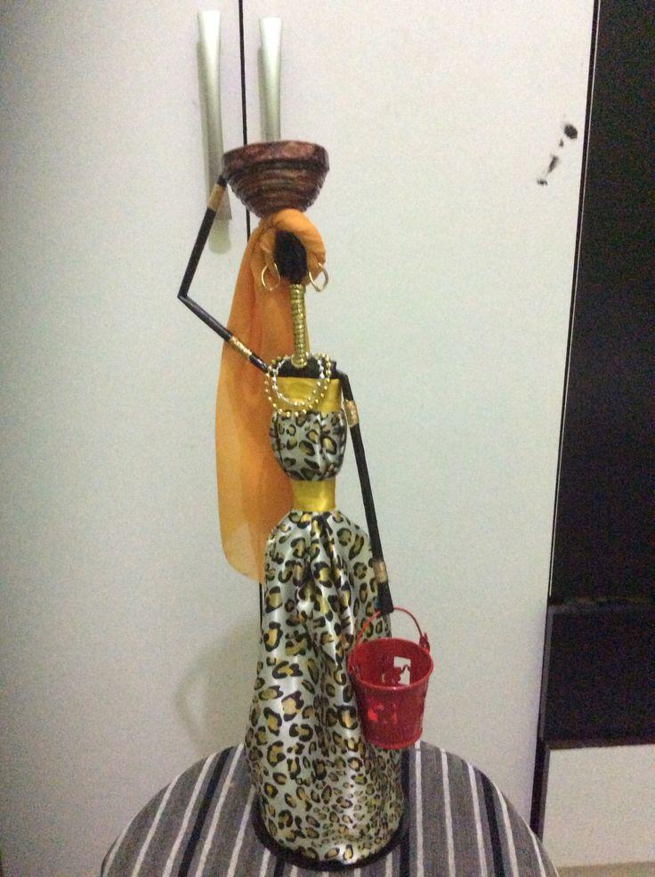 Bonecas africanas feitas com canudos de jornal