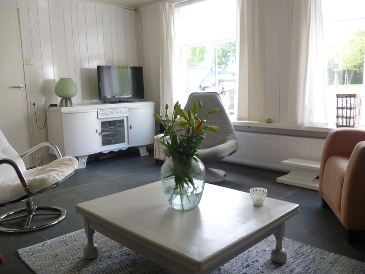 Vakantiehuis Zeeland - De woonkamer van Ziltvloed. De salontafel is een overblijvertje uit de oude inboedel. We hebben de poten afgezaagd en de bruine tafel geverfd in de kleur Pearl Grey. Evenals het dressoir, dat dienst doet als tv meubel.  Inmiddels heeft de 'gewone' tv plaats gemaakt voor een smart tv, mét Netflix.