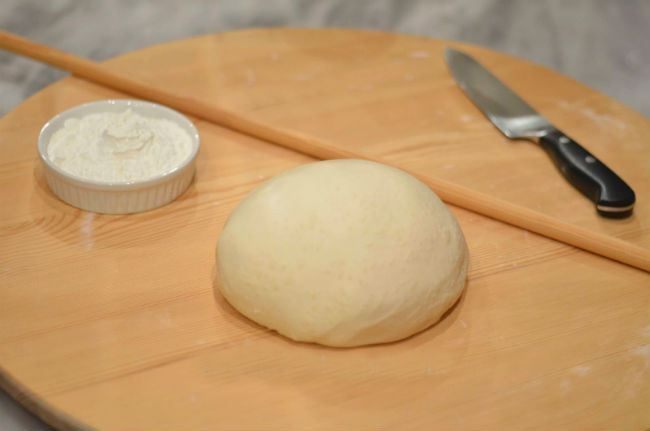 Δες πώς θα φτιάξεις μόνη σου ζύμη κουρού… Υλικά 240 γρ μαργαρίνη 1 κεσεδάκι γιαούρτι στραγγιστό χαμηλών λιπαρών 500γρ αλεύρι ολικής άλεσης 2 κουταλάκια του γλυκού baking powder Εκτέλεση Σε ένα μπολ τοποθετούμε τη μαργαρίνη την οποία έχουμε αφήσει σε θερμοκρασία δωματίου. Προσθέτουμε το γιαούρτι, το αλεύρι ολικής άλεσης και το baking powder. Ζυμώνουμε για …