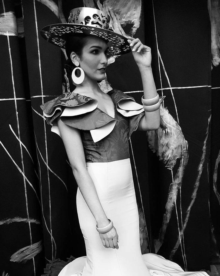 Julio Romero de Torres pintó a la mujer morena con los ojos de misterio y el alma llena de pena #igerssevilla #simof2017 #igersspain #igersandalucia #instagramers #igers #somosinstagramers #hallazgosemanal #primerolacomunidad