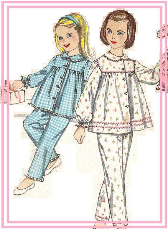 Simplicidad 3690 Aprox. 1960  Set de pijama con pantalón bombacho y pijama de conejito funda:  Pantalones. V1 y 2 bragas V3 tienen elástico en la cintura. V3 tiene elásticos en los bordes de la pierna. La tapa tiene horquilla y cierre de botón frontal. V1 y 2 tienen tiempo establecer en mangas y cuello con elástico formando volantes en el borde inferior. V1 tiene rick-rack recortar. V2 tiene encaje trim. V3 tiene bolsillos, volantes de auto, ajuste de cordón en sisas y arco de la cinta. V1…