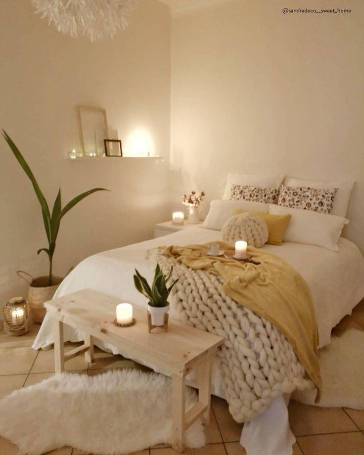 GET COZY – Alles für ein kuscheliges Zuhause! Unser Geheimrezept für 100 Prozent mehr Gemütlichkeit im Zuhause? Einfach viele flauschige Kissen und Felle, Kerzen und Lichterketten für warmes Licht und dekorative Wohlfühl-Akzente überall – fertig ist der Cozy-Cocooning-Look zum Wohlfühlen! 📷:@sandradeco__sweet_home // Schlafzimmer Bett Skandinavisch Holzbank Kissen Bilder Plaid Fell Deko Dekoration Winter Ideen Nordisch Kerzen Lichterkette #Schlafzimmer #Schlafzimmerideen #Deko #Winterdeko