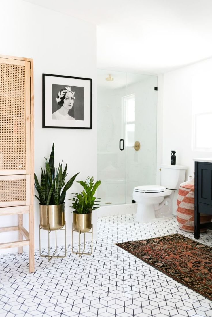 Modern vintage bathroom ideas - Gorgeous Modern California Boho Bathroom With Vintage Rug Vintagerugshopinthewild