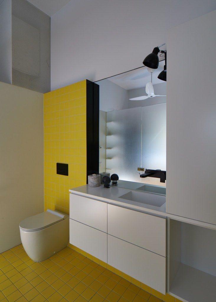 В интерьере ванной на первом этаже также присутствует желтый цвет . Хозяйка этого дома успешная бизнес леди и молодая мама. Поэтому перед архитекторами была поставлена задача создать светлое жилое пространство способное скрыть беспорядок, с достаточным местом для игрушек. (Фотографии к статье)