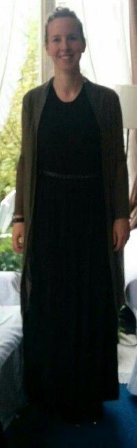 Combineer de lange zwarte jurk met lang vest, dit benadrukt haar lengte en maakt mooi lang silhouet. Riempje in taille kleed de outfit aan en zorgt dat Jeanne niet lijzig of recht wordt maar taille behoud.