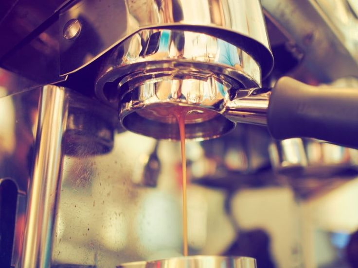 Berufliche Motivation zwischen Karriereperspektive und Kaffeeautomat - In meinen Seminaren treffe ich immer wieder auf Unternehmer und Führungskräfte, die sich über fehlende Motivation ihrer Belegschaft beklagen. Klar, wer morgens gerne zur Arbeit fährt, sich auf den Berufsalltag und die Atmosphäre dort freut, leistet mehr für das Unternehmen. Im Vertrieb sind die V...
