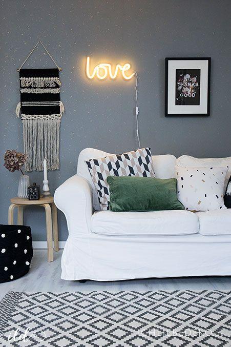 Leseecke dekoriert im skandinavischen Stil mit Pastelltönen und in Schwarzweiß | Dekoliebe | Neonschriftzug | Wohnen | Einrichten