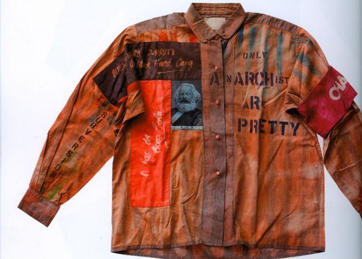 Het �Anarchy Shirt� werd in 1976 ontworpen door Vivienne Westwood en Malcolm McLaren, het modeduo dat ervoor zorgde dat de punkmode in de mainstream modecultuur terecht kwam. Het shirt is een overblijfsel van de vroege punkperiode waarop handgeschreven patches te zien zijn. Op deze manier waren Westwood