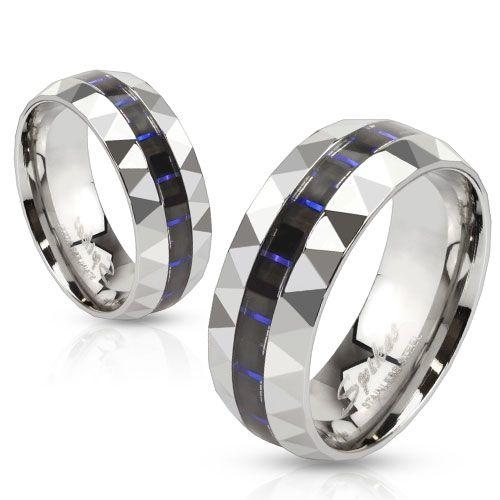 Herrering i stål med midtstripe i blå og sort karbonfiber. Kantene på ringen er fasettslipt. Materiale: Kirurgisk stål. Bredde: 8 mm. #herrering #smykke #smykketilmann #stålring #zendesign