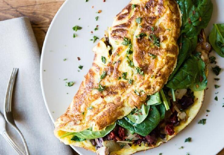 Omlet z warzywami to doskonała alternatywa dla jajecznicy czy jajek na miękko. Poznaj trzy przepisy na pyszne i zdrowe śniadania.