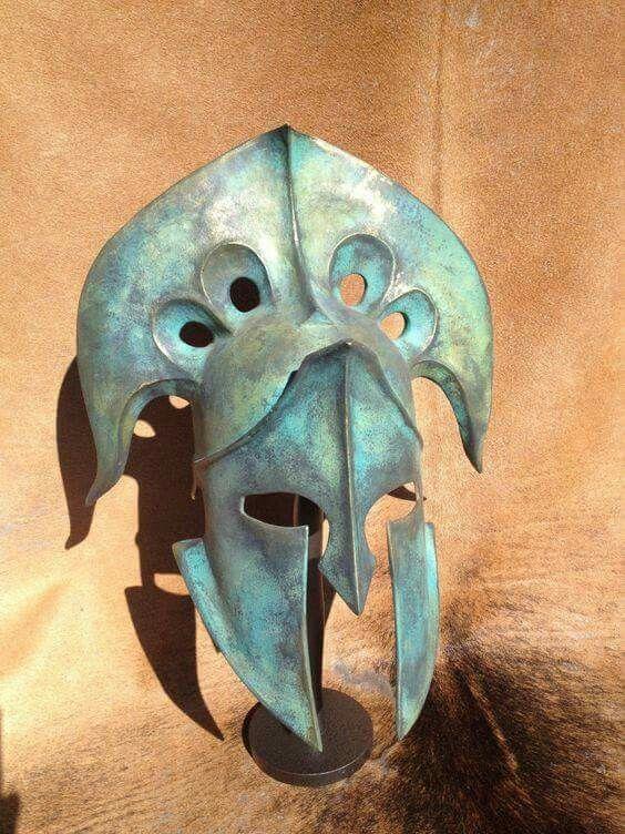 KRÁNOS CORINTIO… El casco corintio fue un modelo de casco de bronce originado en la antigua Grecia y que toma su nombre del área de Corinto. En sus últimos diseños el casco cubría completamente la cabeza y el cuello, con aberturas para los ojos y la boca. Una protección curvada servía para proteger la parte trasera del cuello.  La parte superior del yelmo, cimera o penacho no tenía en principio una función de distinción militar según grado o rango. Este tipo de elemento de protección básica…