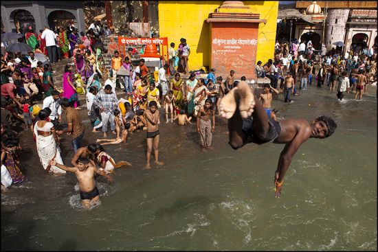 Photography by Claude Renault: Nashik; Maharashtra; Godavari River; Colors; Diving; India.