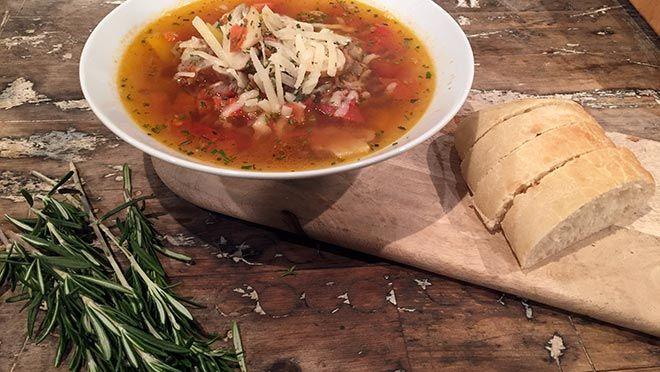 Pizza-soep - De Makkelijke Maaltijd | 24Kitchen