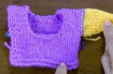Cómo coser una manga recta tejida en dos agujas con punto atrás