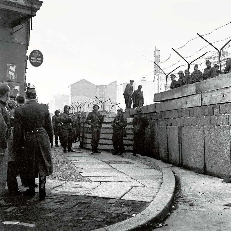 Konfrontation, Zimmerstr., Kreuzberg, frühe 1960er Jahre Schön war die Zeit, als die Welt noch in Ordnung war - West-Berlin in pictures #147: Confrontation, Zimmerstrasse, Berlin-Kreuzberg, early...