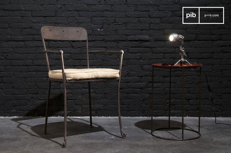 Una resistente sedia in metallo con bellissime finiture marroni e un gran comfort.