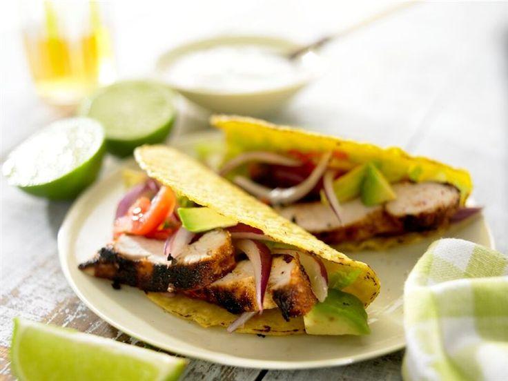 Tacos mit gegrilltem Hühnchen und würziger Limetten-Mayonnaise: Knuspriges Hühnerfleisch in knusprigen Taco Shells mit Avocado-Salat und würziger Limetten-Mayonnaise.