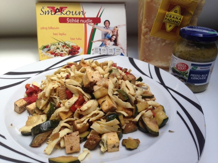 Šmakoun nudle s bazalkovým pestem, tofu a parmazánem